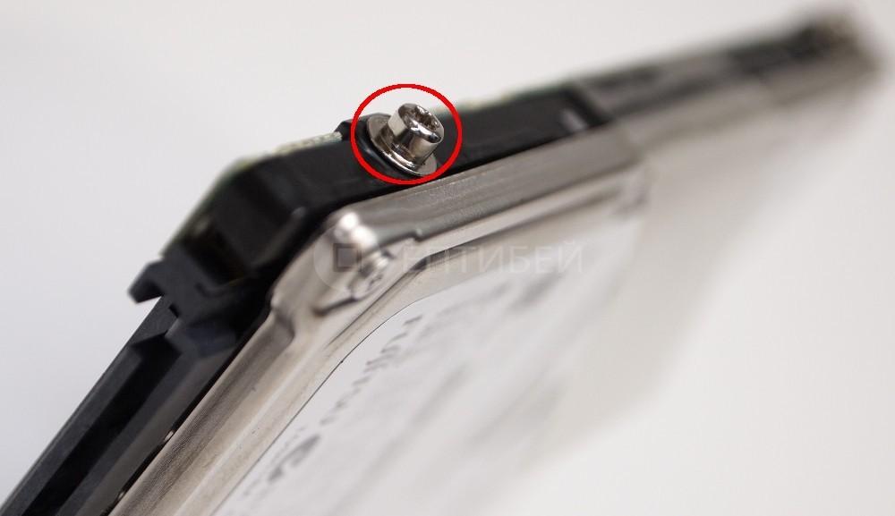11 - Шаг 11 - снятие фиксаторов с жесткого диска